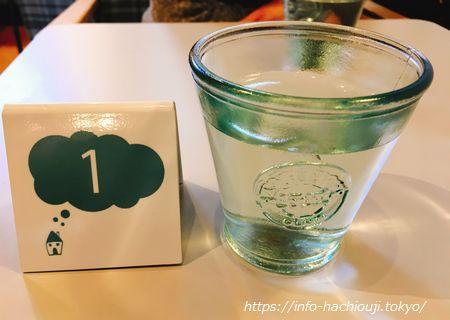 カキノキハウス 札とグラス